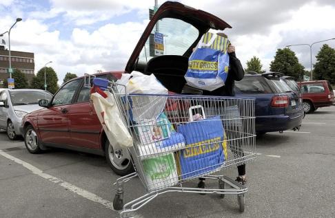 Janerik Henriksson TT Plast, papper eller bomull? Att bära hem sin mat är inte så enkelt som det skulle kunna vara. Arkivbild.