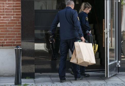 Johan Nilsson/TT Polisens kriminaltekniker på plats vid lägenheten.