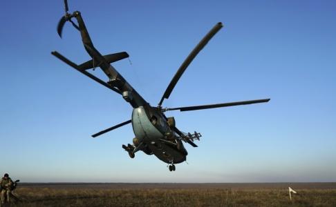 Evgeniy Maloletka/AP/TT Fyra ukrainska soldater har dödats vid en krasch med en ukrainsk helikopter av typen Mi-8. Bilden är från ett annat tillfälle.