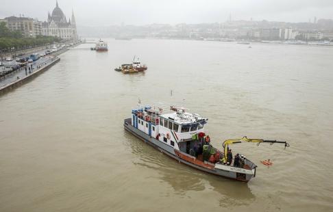 Balazs Mohai/AP En räddningsbåt har med hjälp av ekolod sökt efter överlevande i Donaus vatten.