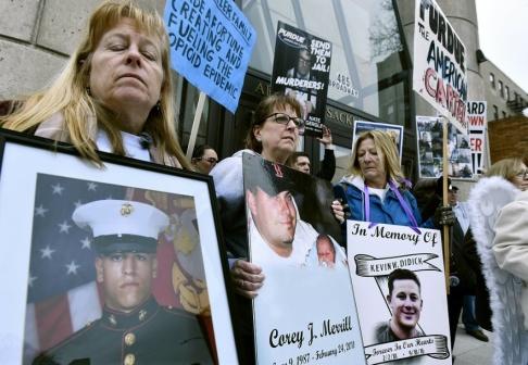 Josh Reynolds/AP/TT Opiatepidemin engagerar i USA. Här demonstrerar föräldrar som förlorat sina barn i opiatöverdoser i delstaten Massachusetts.