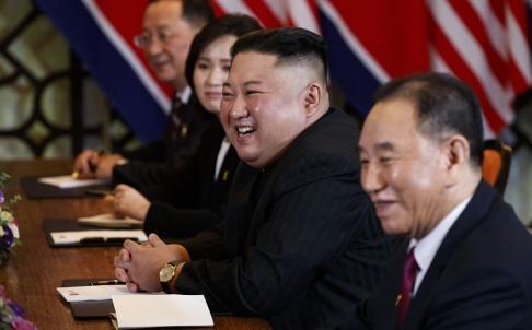 Evan Vucci/AP/TT Nordkoreas diktator Kim Jong-Un under toppmötet med Donald Trump i Hanoi i februari. Närmast kameran Kim Yong-Chol, som nu uppges ha satts i arbetsläger.