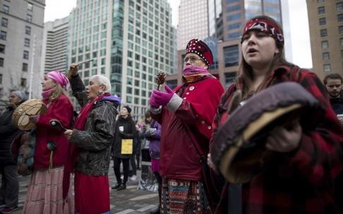 Darryl Dyck/AP Kanadensiska urinvånare deltar i en marsch för kvinnors rättigheter i Vancouver i år.