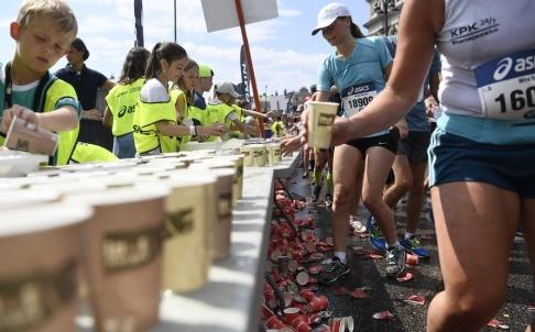 Henrik Montgomery/TT Löpare tar vatten och sportdryck i en vätskedepå under fjolårets Marathon. Arkivbild.