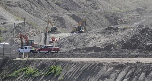 Cedar Attanasio/AP/TT Förberedelser för det privata bygge av en gränsbarriär som gruppen We Build the Wall genomför i USA-delstaten New Mexico.