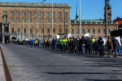 Cirka 800 personer demonstrerade igår i Stockholm mot de höga skatterna på drivmedel. Fotot: Bensinupproret 20.0
