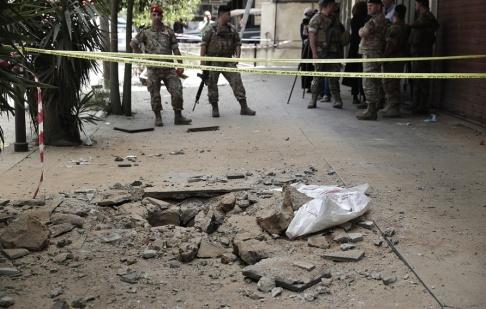 Hassan Ammar/AP/TT Libanesiska soldater vid platsen för attentatet i staden Tripoli.