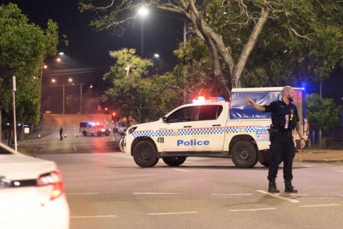 Polisen ledde av korsningen mellan Stuart Highway och McMinn Street där en vapenfångare blev gripen i Darwin. Foto: MICHAEL FRANCHI, EPA.