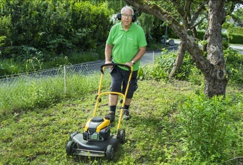 """Claudio Bresciani/TT """"Jag tycker inte riktigt om den där pensionärsstämpeln"""", säger 69-årige trädgårdsarbetaren Håkan Nilsson."""