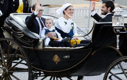 Prins Daniel, prinsessan Estelle, kronprinsessan Victoria, prins Carl Philip firande av Sveriges Nationaldag, kortege från Slottet till Skansen 2013-06-06 (c) WAHLMAN PERNILLA / Aftonbladet / IBL Bildbyrå.