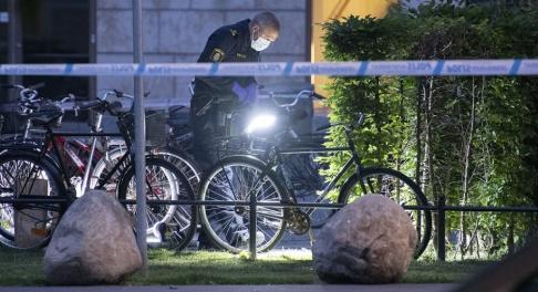 Johan Nilsson/TT Polisens kriminaltekniker arbetar innanför avspärrningarna vid Triangeln i centrala Malmö tidigt på torsdagsmorgonen efter en misstänkt skottlossning.