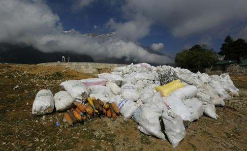Niranjan Shrestha Säckar med ihopsamlade sopor på Mount Everest från maj i år.
