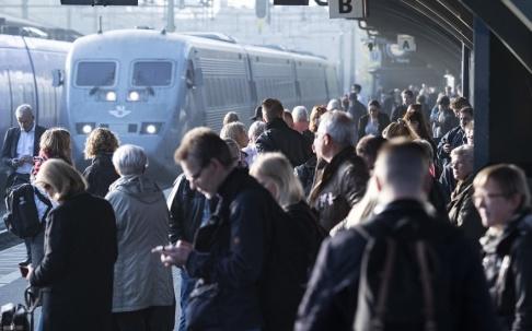 Johan Nilsson/TT Passagerare väntar på perrongen på Lund C. Arkivfoto.