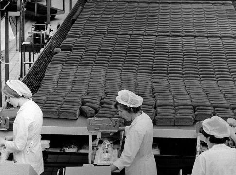 Malmö 1972-11-16 Limpor på löpande bandet på Pågens bageri Foto Ernst Henriksson / Sydsvenskan / SCANPIX