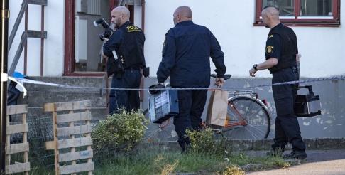 Johan Nilsson/TT Polisens kriminaltekniker på plats i Tomelilla efter larm om skottlossning. En man har hittats skadad i en lägenhet.