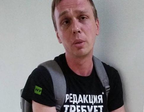 Dmitrij Dzhulaj/Meduza/AP/TT Den ryske journalisten Ivan Golunov på en bild från en polisstation i Moskva på torsdagen.