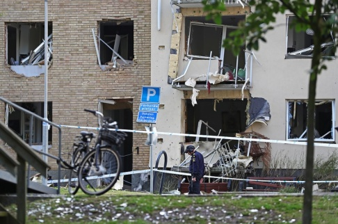 Jeppe Gustafsson/TT Polisens tekniker på plats intill byggnaden på kvällen efter den kraftiga explosionen. Ett hundratal lägenheter fick skador på fönster och balkonger.