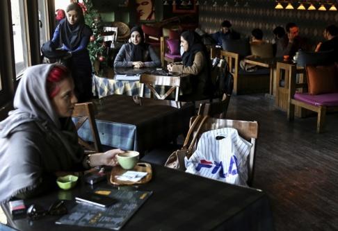 Ebrahim Noroozi/AP/TT Ett kafé i de centrala delarna av Irans huvudstad Teheran. Arkivbild.