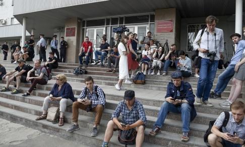 Dmitry Serebryakov/AP/TT Journalister och människor som visar sitt stöd för Ivan Golunov samlades utanför domstolen i Moskva även på lördagen.