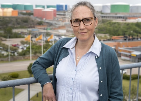 Thomas Johansson/TT Malin Hallin är chef för hållbar utveckling på drivmedelsbolaget Preem. Hon ser den planerade utbyggnaden av raffinaderiet vid Lysekil som en investering för miljön, eftersom man ska kunna göra bensin och diesel av förnybara råvaror. Men kritiker pekar på en annan del av utbyggnaden, som vållar stora utsläpp av koldioxid.