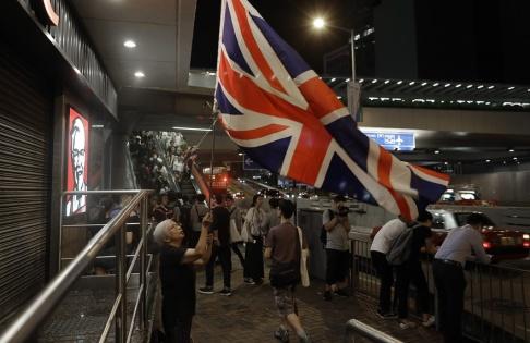 Vincent Yu/AP/TT Demonstranter utanför rådsbyggnaden i Hongkong på tisdagen.
