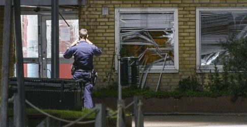 Johan Nilsson/TT Polis på plats efter en detonation vid en portuppgång på Von Rosens väg på Rosengård i Malmö tidigt på onsdagsmorgonen.
