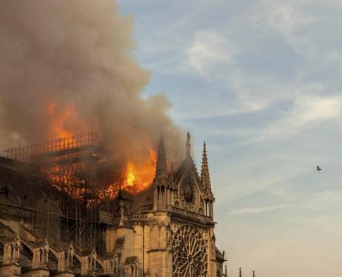 Vanessa Pena Paris ikoniska katedral Notre-Dame stod i lågor i 15 april. Efter två månader hålls nu första gudstjänsten efter branden.