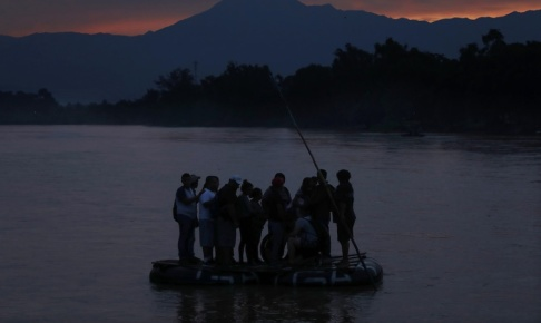 Marco Ugarte/AP/TT Migranter på en flotte på floden Suchiate vid gränsen Guatemala–Mexiko.