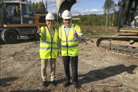 Erik Paulsson-Rönnbäck/TT Trafikverkets generaldirektör Lena Erixon och statsminister Stefan Löfven (S) gör tummen upp efter att det första spadtaget för den inledande sträckan av Norrbotniabanan tagits i augusti i fjol. Sedan dess har dock nya förseningar uppstått för projektet.