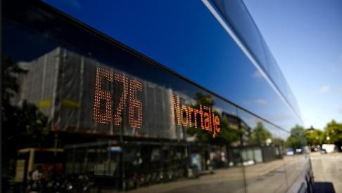 Erik Mårtensson/TT En buss på linje 676 mellan Stockholm och Norrtälje började brinna vid midnatt. Arkivbild.