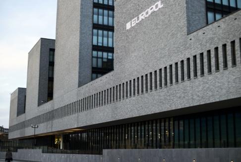 Peter Dejong/AP/TT Europol oroas av att terrorrörelsen IS i allt högre grad söker unga kvinnliga rekryter. Arkivbild av polisorganisationens högkvarter i nederländska Haag.