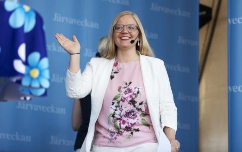 Sverigedemokraternas vice partiledare Julia Kronlid inför hennes tal under politikerveckan i Järva.
