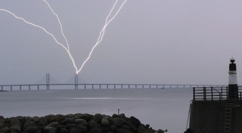 Johan Nilsson/TT Blixten slår ner i den ena pylonen på Öresundsbron vid lördagens åskoväder.
