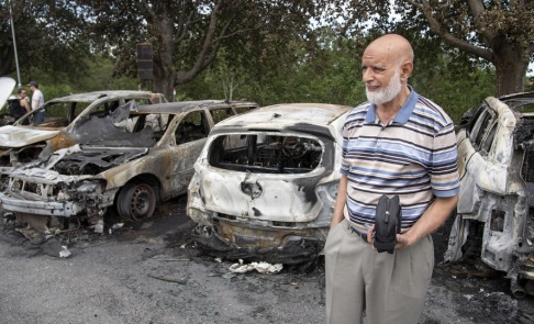 Jessica Gow/TT Naji Ahmed var en av flera som fick sin bil utbränd på en parkering i Östberga i södra Stockholm under natten.
