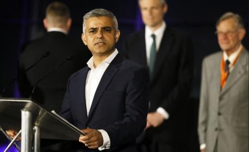 Kirsty Wigglesworth Under ett dygn har tre personer mist livet och två skadats i fem knivattacker och en skjutning i London. Något som fått USA:s president Donald Trump att attackera Londons borgmästare Sadiq Khan på Twitter. Arkivbild.