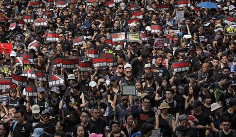 Vincent Yu/AP/TT Merparten av demonstranterna är klädda i svart för att visa sitt missnöje.