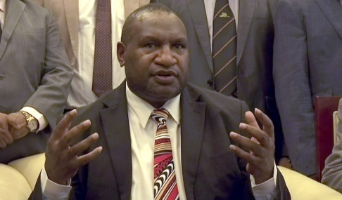 AP/TT James Marape svors in som premiärminister i Papua Nya Guinea 30 maj då föregångaren Peter O'Neill avgått efter månader av politisk turbulens. Arkivbild.