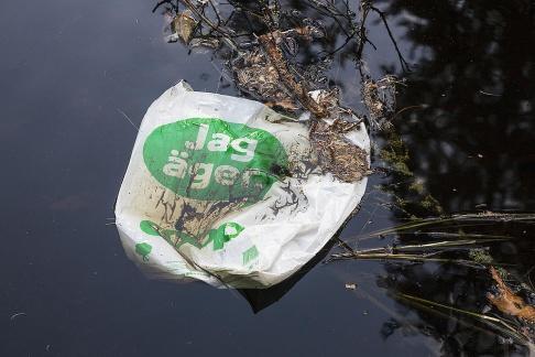 """Plastkasse från Coop med texten """"Jag äger"""" flyter i vattnet. Snart äger i alla fall skatteverket ytterligare tre kronor per plastkasse. Foto Rolf Höjer"""