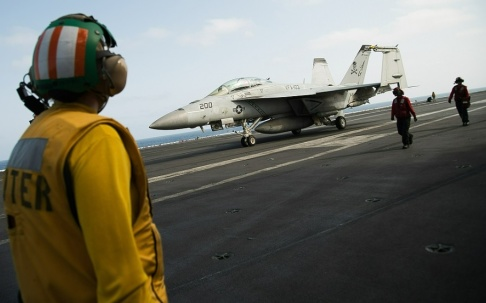 Jon Gambrell/AP/TT Ett amerikanskt stridsflygplan ombord på hangarfartyget Abraham Lincoln i Persiska viken. Bild från början av juni.