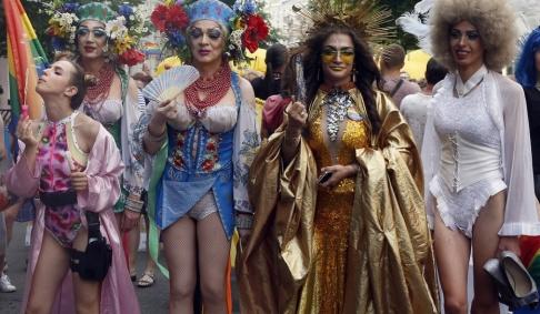 Efrem Lukatsky/AP/TT Runt 8 000 människor deltar i söndagens Prideparad i Kiev.