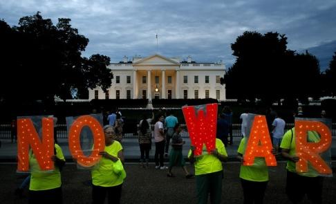 Jacquelyn Martin/AP/TT Fredsdemonstranter utanför Vita huset i torsdags.