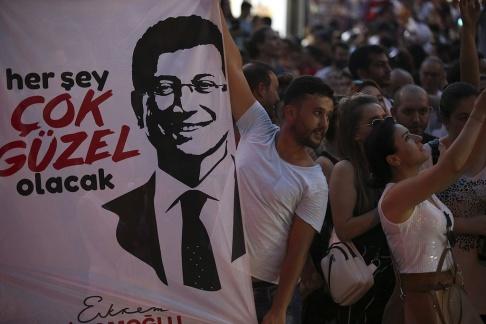 Supporters till Ekrem Imamoglu, kandidat till det sekulära oppositionsrepublikanska folkpartiet, firar i Istanbul den 23 juni 2019. (AP Photo / Emrah Gurel)