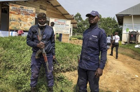 Al-hadji Kudra Maliro/AP/TT Kongolesisk polis vaktar en klinik där vaccinationer mot ebola utförs. Bild från tidigare i juni.