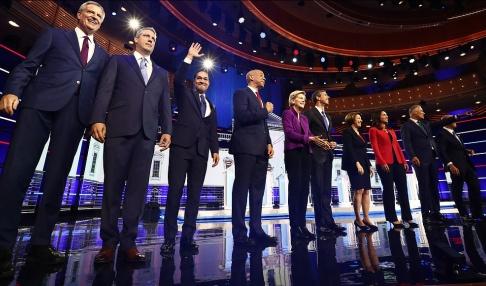 Brynn Anderson/AP/TT De tio demokraterna som debatterade i Miami, från vänster Bill de Blasio, Tim Ryan, Julián Castro, Cory Booker, Elizabeth Warren, Beto O'Rourke, Amy Klobuchar, Tulsi Gabbard, Jay Inslee, och John Delaney.