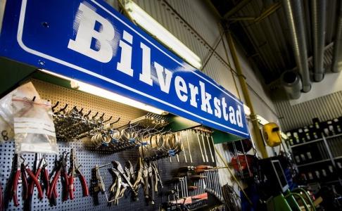 Nora Lorek/TT Bilverkstäderna i Lidköping får bråda dagar efter hagelstormen i förra veckan. Arkivbild