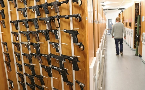 Jeppe Gustafsson/TT Pistoler på rad i NFC:s referenssamling av vapen som kan användas vid exempelvis provskjutningar.