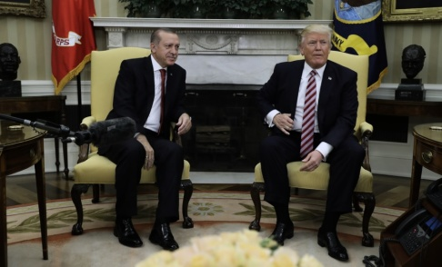 Evan Vucci/AP/TT USA:s president Donald Trump tar emot sin turkiske kollega Recep Tayyip Erdogan i Vita huset 2017.