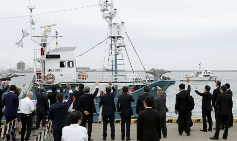 Masanori Takei/Kyodo News/AP Ett valjaktsfartyg vinkas av i hamnen i Kushiro i norra Japan.