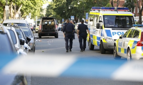 Christine Olsson/TT En man sköts ihjäl i Sollentuna norr om Stockholm på söndagen. En annan man har allvarliga skador.