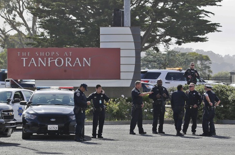 Polisen utredar en skottlossning vid Tanforan Mall i San Bruno, Kalifornien, tisdagen den 2 juli 2019. Polisen söker misstänkta efter att minst fyra personer skadades i ett galleri i närheten av San Francisco. (AP Photo / Stephanie Mullen)